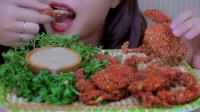外国美女姐姐吃油炸软壳蟹,松脆的螃蟹整个都能吃,声音太诱人