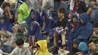 下雨也挡不住!日本球迷身披雨衣落座 静候巴萨VS切尔西之战