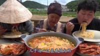韩国农村一家三口吃播,一箱泡面一次吃完,儿子饭量真大