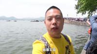75岁杭州大爷西湖断桥边唱老歌,游客比专业歌手还好听