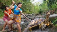 生存技能?姐妹深山饿了,去河里捉海龟,就地炖着吃,太野性