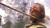 前辈手持宝刀大战男子,没想男子用脚上的一根绳子将他完虐,精彩