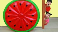 越看越好玩!萌宝小正太和小萝莉怎么变出大西瓜玩具?结果为何摔倒了?儿童亲子游戏玩具故事