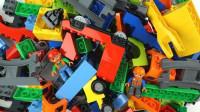 彩色积木玩具拼装小火车运输货物