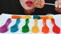 """小姐姐吃彩虹般的""""勺子"""",大口咬香甜Q弹,是什么做的呢?"""