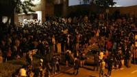 千名示威者围堵香港警署 烟花袭击反伤自己 警长只身走出救人