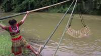 农村夫妇在野外自制奇特捕鱼陷阱,进来的野货统统跑不掉,厉害了!