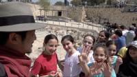 在以色列公园,当地学生看见中国人拍视频,被当成明星簇拥打招呼