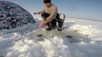 野外冒险冰湖上钓鱼