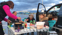 自驾床车在赛里木湖露营遇粉丝,一起做饭结果突然下起了大雨