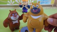 熊出没玩具故事:光头强买了新锯子砍树,熊大熊二连忙阻止
