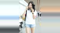 张梓琳穿白T,搭配热裤,气质与众不同,黑色直发清纯似少女!