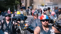 唐人街探案:摩托车上其他人都是坐背后,就唐仁是坐怀里,笑抽