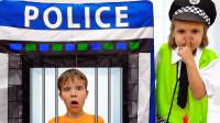 好奇怪!萌宝小正太做了什么事情?为何被警察小萝莉抓了起来呢?儿童亲子游戏玩具故事