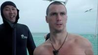 为帮小伙消除心理阴影,两人潜水下海,只为与鲨鱼近距离接触