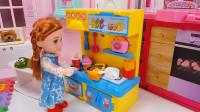 小芭比带着朋友们玩过家家游戏,扮演爸爸妈妈和宝宝
