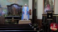 """""""圣母""""显灵,蜡烛被圣母一脚踩灭,小伙慌忙脱帽画十字"""