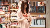 郑爽最新走机场!粉色衬衫配长筒靴很时尚,美回18岁初恋了