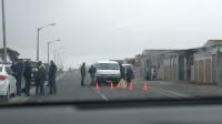 开普敦黑人贫民窟,发生了枪战,警察在现场处理