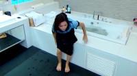 美梦成真:小女佣偷戴主人耳环,被女管家追着打骂,小女佣掉进浴缸湿身~