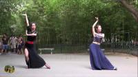 紫竹院广场舞《月亮》,两位小美女演绎的傣族舞蹈
