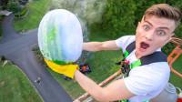 用-196度的液氮冷冻西瓜,从高空扔下会有多大威力?场面太壮观!