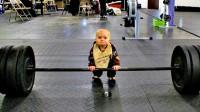 爸爸带2岁宝宝去健身房玩,不料下一秒的画面,却让大家都傻眼了