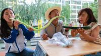 啃1米长的黄瓜皮,谁能在1分钟内啃完,奖励手机一部