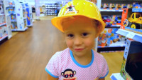 萌娃小可爱的帽子被风吹走了,爸爸带她去买新的,小家伙真是萌萌哒!