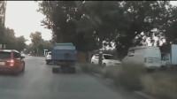 女司机路边乱停车,导致后方卡车变道直接撞树上