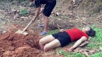 女友正午睡,男友却将她双脚埋入泥土中,结果美女瞬间抓狂