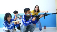 老师让学生表演绝地求生装备,学生的做法一个比一个逗,太逗了