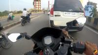摩托车街头乱窜真为骑士捏把汗