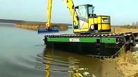 水陆两栖挖掘机你见过吗?用它来抓鱼的话,效果一定很好!