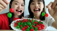 """戴恶搞道具""""扩嘴器"""",挑战绕口令、吃红绿樱桃,搞怪样子超有趣"""