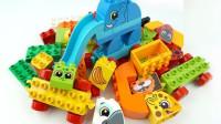 彩色的积木玩具拼装游乐园和小动物模型