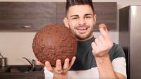 小哥自制巨大巧克力球,比普通球大几百倍,网友:一直吃一直爽