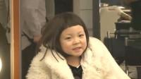 小宝宝在化妆,看上去像洋娃娃一样可爱
