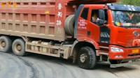 硬核操作!拉70吨货下坡,这个点才踩刹车,一看就是老司机