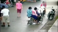 灵异事件:短裙美女打伞骑电动车,突然监控拍下这样的画面