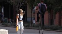 国外小伙街头骑大小轮自行车,这回头率也没谁了!