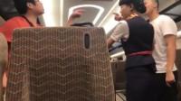 """港独男拒绝乘务员查票  对女乘务员叫喊""""滚回中国""""   乘务员霸气怒怼:这是在中国,你闭嘴!"""