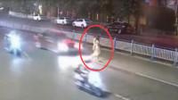 """2名女子携手共赴""""黄泉"""",2秒后被撞飞空中翻转数圈后砸在地上,镜头拍下全过程!"""