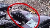 """有钱任性!两位女司机抢车位,当街玩起了""""碰碰车"""",不断互撞车子,还打砸车辆,男司机拉劝无果,很无奈!"""