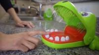 鳄鱼咬手指玩具不刺激?熊孩子用银针代替牙齿,按错后哭都来不及!