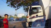 马路是你们家?面包车连续变道,大货车爆发路怒扭打在一起,交警螳螂捕蝉全部带回!