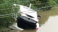 珠海一玛莎拉蒂提车3小时后冲进鱼塘 车内有3男1女