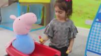 萌娃小可爱请嘴馋的小猪吃冰淇淋,小家伙可真是会玩呢!