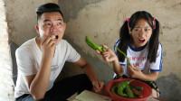 妈妈不在家哥哥喊着饿了,妹妹拿来生姜和尖椒给哥哥吃,太逗了
