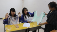 2个学生比赛玩无硼砂起泡胶,奖励是动物园门票1张,谁能去呢?